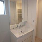 安芸郡府中町本町3丁目新築 朝の身支度がスムーズにできる三面鏡付き洗面化粧台