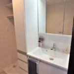 トーカンマンション山根町サウスウィング 収納がたっぷりある三面鏡付き洗面化粧台