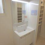 中区光南2丁目新築 1階洗面室に3面鏡付き洗面台があります