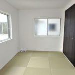 呉市焼山宮ヶ迫1丁目新築 リビングの続き間にモダンなテイストの和室があります!