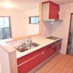 西条町西条新築 人気の対面式キッチン。カラフルな赤を採用した仕様です。