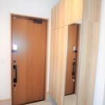 東区山根町新築 ミラー付き大型シューズボックスを備えた玄関