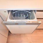 フローレンス東蟹屋グランドアーク 新設 食器洗浄乾燥機や大型シンクを備えたキッチンで機能性を高めています。(キッチン)