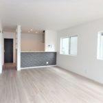 呉市焼山宮ヶ迫1丁目新築 リビングは18帖の広々空間。2面採光で明るい室内です♪