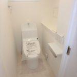 コープ野村牛田東 窓付きのトイレは快適なウォシュレット仕様