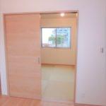 西条町西条新築 リビングの続き間に和室4.5帖があります☆