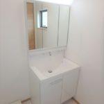 西条町西条新築 朝の身支度もスムーズにできる三面鏡付き洗面化粧台
